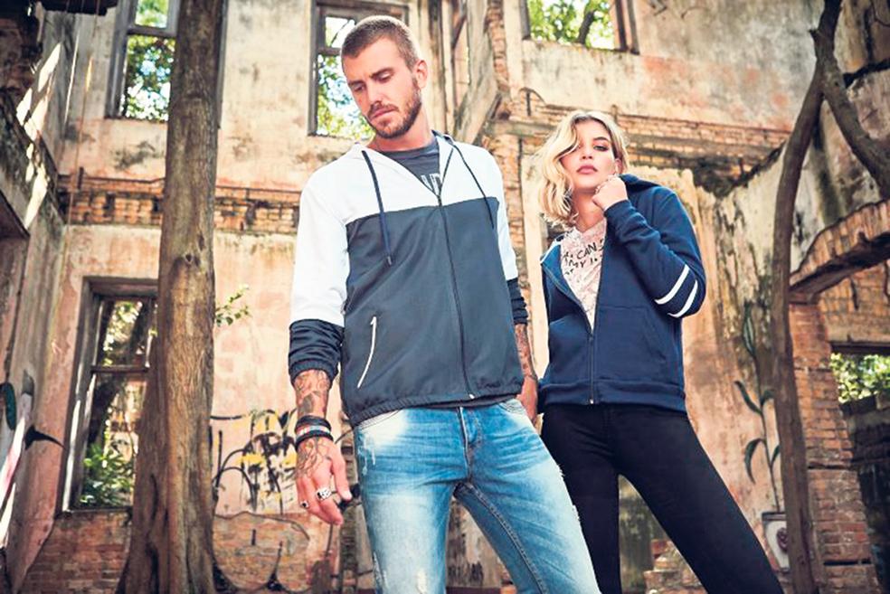 715c3c884 O couro de cobra sintético está em alta e promete ser a principal tendência  de inverno para 2019. Vale apostar em casacos, botas, bolsas e no que mais  ...