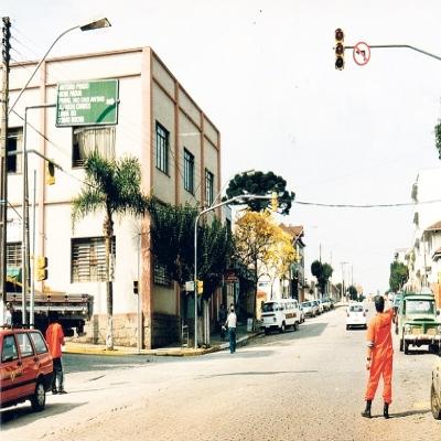 Em setembro de 1997, foi instalado o primeiro conjunto de semáforos no município de Flores da Cunha. O dispositivo foi colocado no cruzamento da Avenida 25 de Julho com a Rua Dr. Montaury. Foram instalados também oito semáforos para pedestre, resultando num custo total de R$ 7,2 mil.
