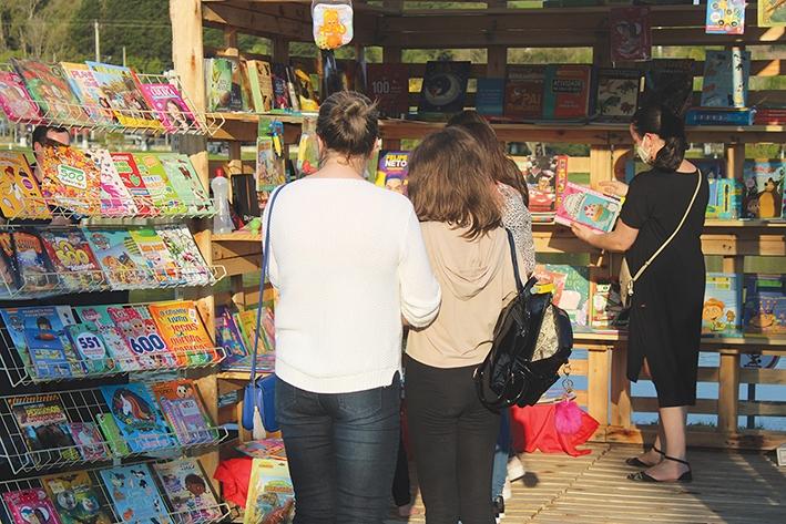 Em torno de mil livros foram comercializados pelas livrarias.