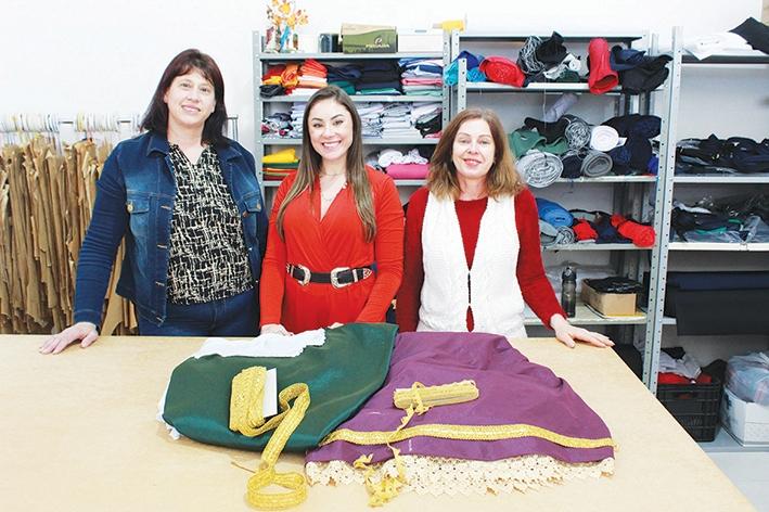 Celuir, Josi e Milania são as idealizadoras dos trajes das embaixatrizes e das próximas soberanas da Fecouva 2022.