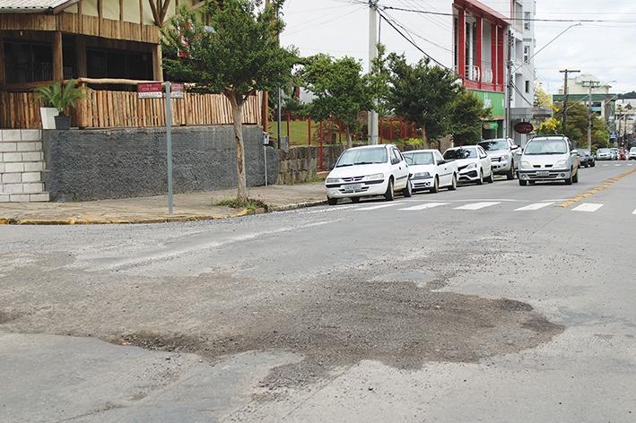 No centro da cidade, no cruzamento das ruas Borges de Medeiros e Heitor Curra.