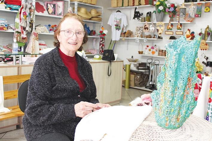 Angela Scalcon é a única dos 18 integrantes da Associação de Artesãos que se dedica ao Macramê.